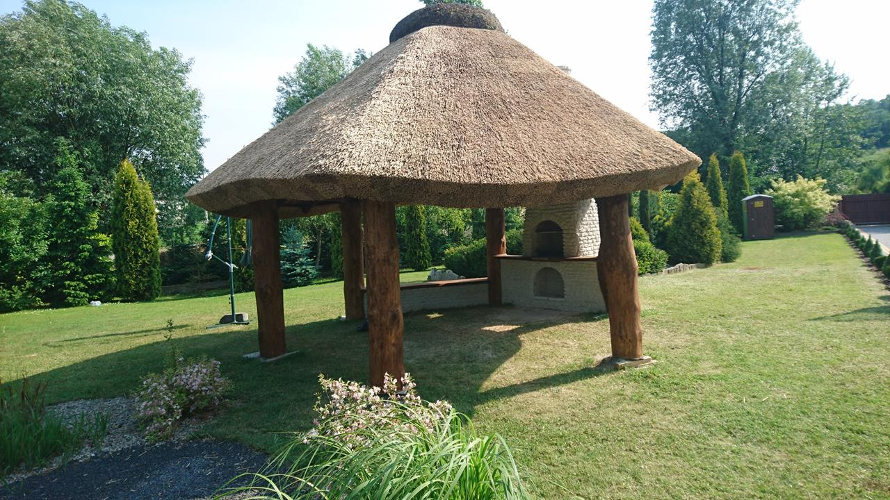 altany z drewna kryte trzciną